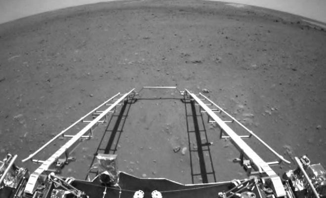 Çin'in Mars keşif aracı Zhurong iniş platformunun rampasından Mars yüzeyine indi