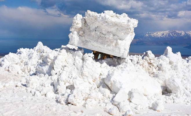 Nisan ayında 10 metreye varan karla mücadele çalışması