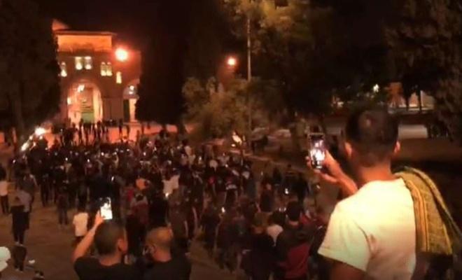 Filistinliler sabah namazı için tekbirlerle Mescid-i Aksa'ya akın ediyor