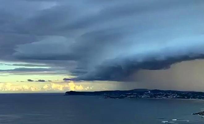 Avustralya'da devasa kara bulutlar dehşet verdi