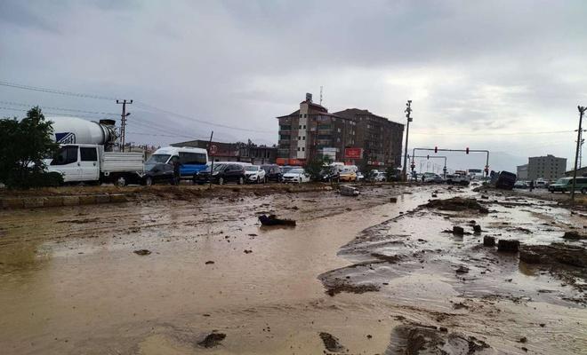 Yüksekova'da birçok cadde ve sokak sular altında kaldı