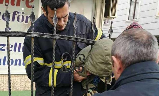 Başını parmaklıklara sıkıştıran çocuk kurtarıldı