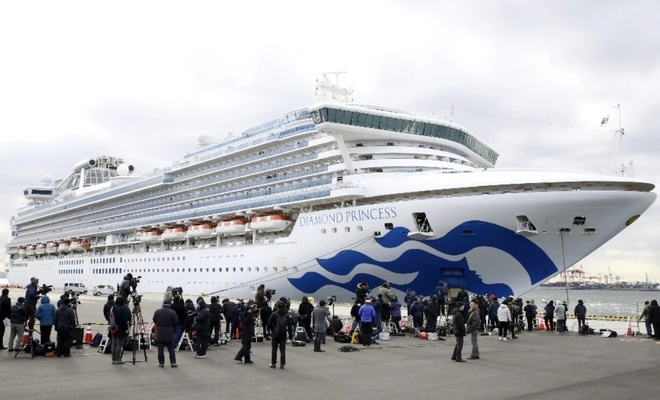 Karantinaya alınan gemideki 2 kişi öldü