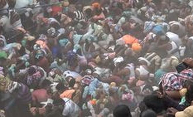 'İnek gübresi atma' festivalinde 50 kişi gübre darbeleriyle yaralandı