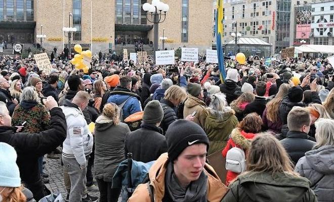İsveç'te kısıtlamalar protesto edildi