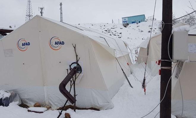 Yılın ilk karı çadırlarda yaşayan depremzedeleri zor durumda bıraktı