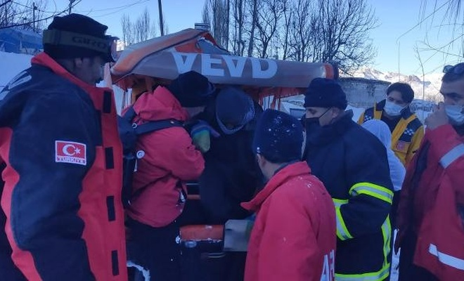Dağda mahsur kalan kişi 4 saat sonra kurtarıldı