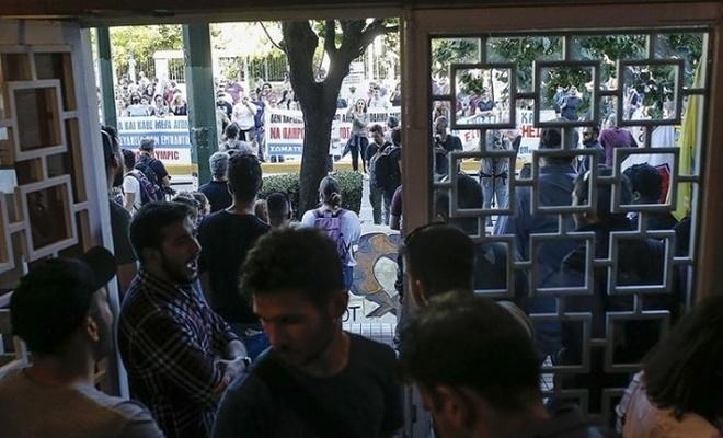Yunanistan'da göstericiler Turizm Bakanlığı binasına zorla girdi