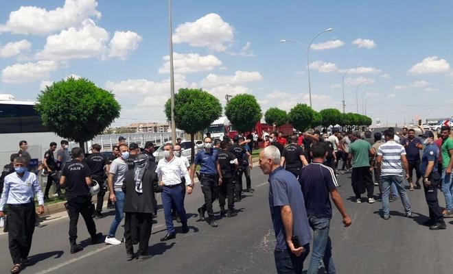 Şanlıurfa'da elektrik kesintilerini protesto eden çiftçiler kara yolunu kapattı