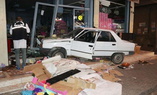 Otomobil züccaciye dükkanına girdi: Biri ağır 3 yaralı