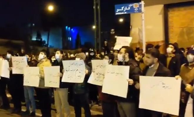 Tahran'da öğrenciler İranlı nükleer fizikçiye suikastın ardından gösteri düzenledi