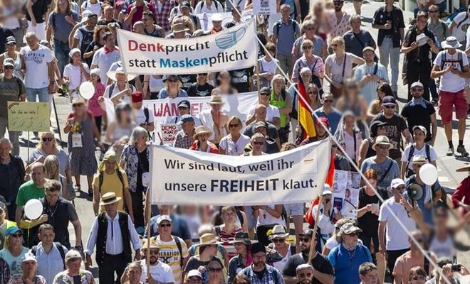 Almanya'da yeni tip Coronavirus önlemleri protesto edildi