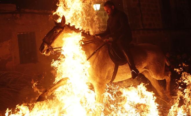 Burası İspanya! Bu atlar kötülüklerden arındırılıyor!