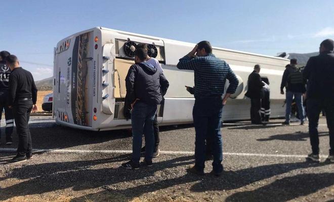 Bingöl'de yolcu midibüsü devrildi: 29 yaralı