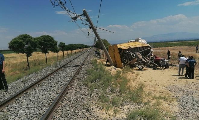 Tren, traktöre çarptı! 1 ölü, 2 yaralı