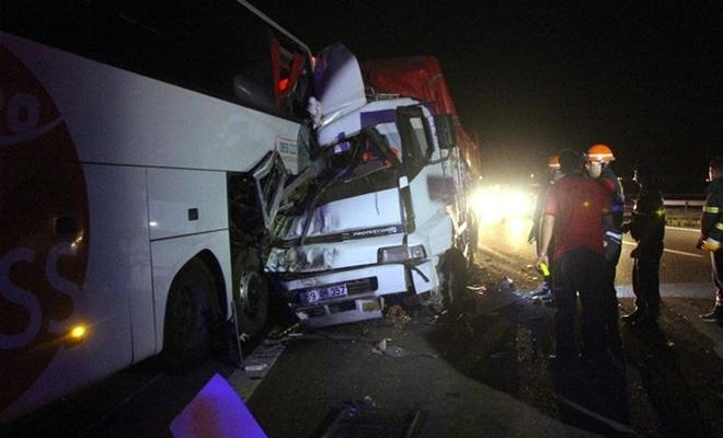 Kamyon yolcu otobüsüne çarptı: 1 ölü, 4 yaralı