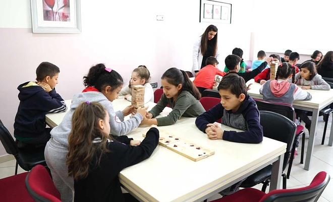 Öğrenciler tatilini akıl ve zeka oyunları kursunda değerlendiriyor