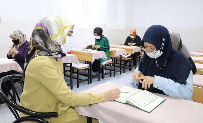 İşitme engelli kadın 55 yaşında Kur'an-ı Kerim öğrendi