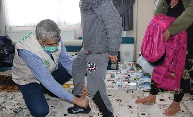 Umut Kervanı Bismil'deki muhtaç çocuklara kışlık giyecek yardımı yaptı