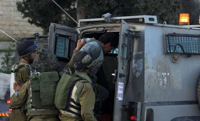 İşgal rejimi evlere düzenlediği baskınlarda 16 Filistinli genci alıkoydu