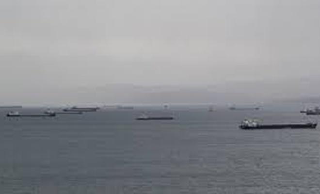 Karadeniz'deki fırtınadan kaçan gemiler Sinop doğal limanına sığındı