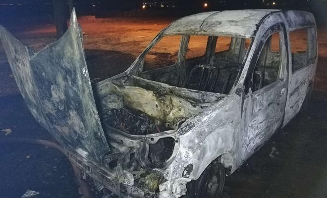 Park halindeki araç yanarak kullanılamaz hale geldi