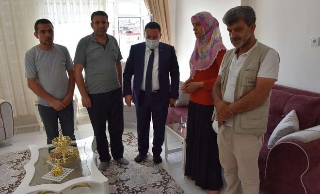 Diyarbakır Bağlar Belediye Başkanından evladını PKK'den kurtaran anneye ziyaret