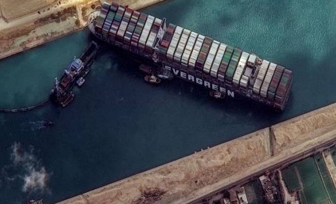 Mısır, Süveyş Kanalı'nı kapatan gemiyi göller bölgesine çekti! Tazminat alana kadar alıkoyacak