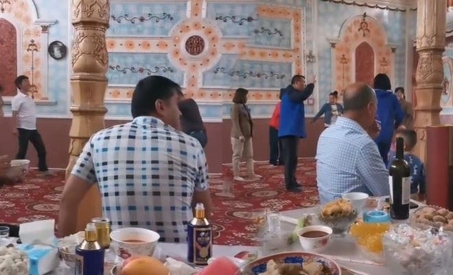 Doğu Türkistan'da Çinliler camide içki içip eğlendi