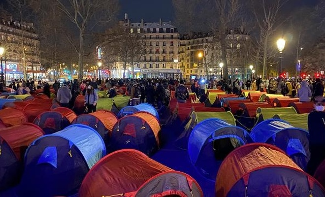 Paris'in göbeğinde kamp kurdular!