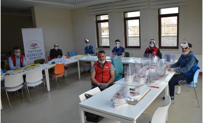 Bitlis'te gönüllü gençler tarafından üretilen siperli maskeler dağıtılıyor
