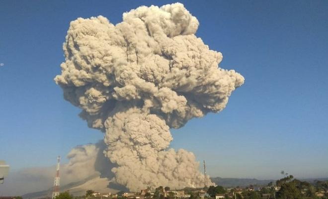 Endonezya'da yanardağ patladı!