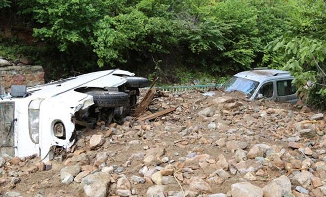 Evleri sel bastı, araçlar toprak altında kaldı