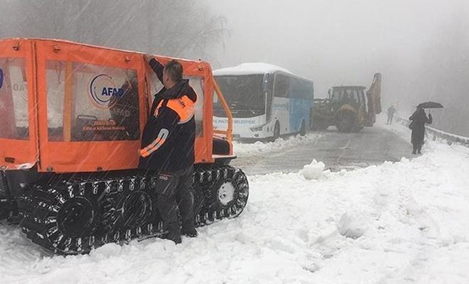 Karda mahsur kalan 2 otobüsteki yolcular kurtarıldı