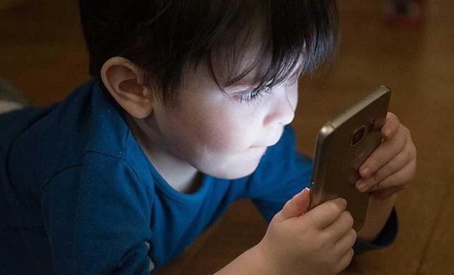 """""""Ekran"""", çabuk sıkılan ve memnuniyetsiz çocuklara neden oluyor"""