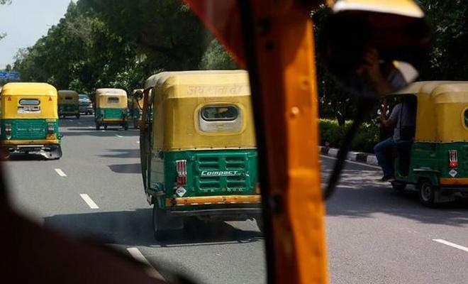 Otobüs ile 'tuk tuk' çarpıştı: 27 ölü