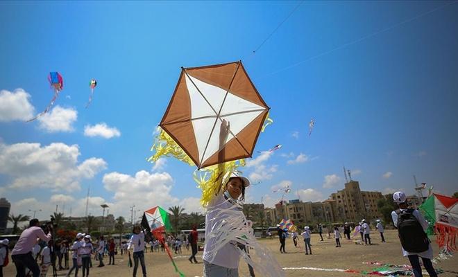 Gazzeli çocuklar işgal rejimi saldırılarında ölen arkadaşlarının resimlerini uçurtmalarla gökyüzüne bıraktı