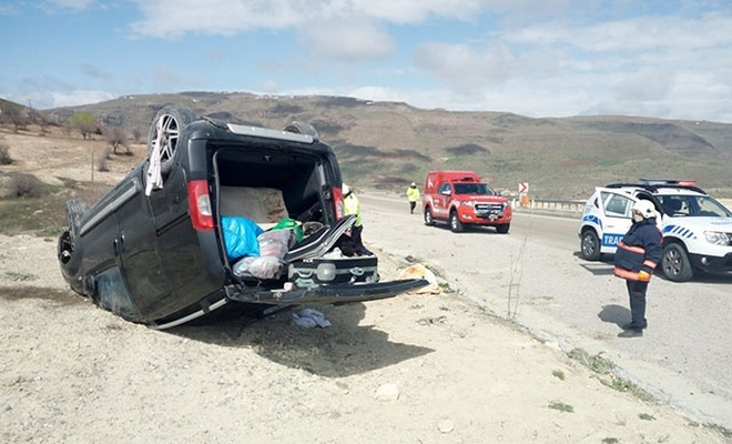 Malatya'da hafif ticari araç devrildi: 6 yaralı