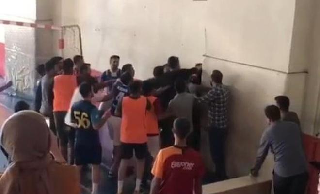 Siirt'te öğretmenlerin kavgasını öğrenciler ayırdı