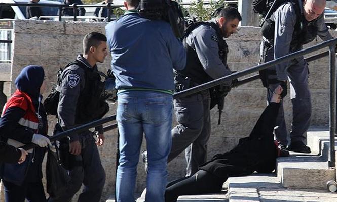 İşgalci israil polisi Filistinli kadını yerlerde sürükledi