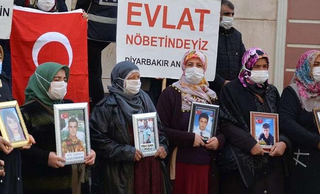 Diyarbakır'da evlat nöbetindeki bir ailenin çocuğu daha teslim oldu